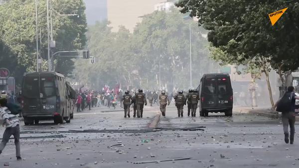 Santiago de Chile en humo y llamas - Sputnik Mundo