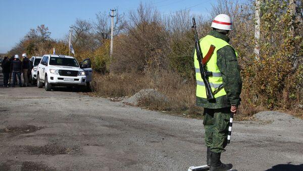 Observadores de la OSCE en la localidad de Petróvskoe en Donbás, Ucrania - Sputnik Mundo