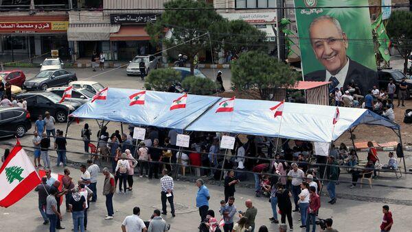Un cartel con el retrato de Nabih Berri, el presidente del Parlamento del Líbano - Sputnik Mundo