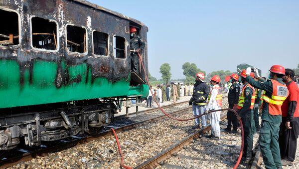 Incendio en un tren en Pakistán - Sputnik Mundo
