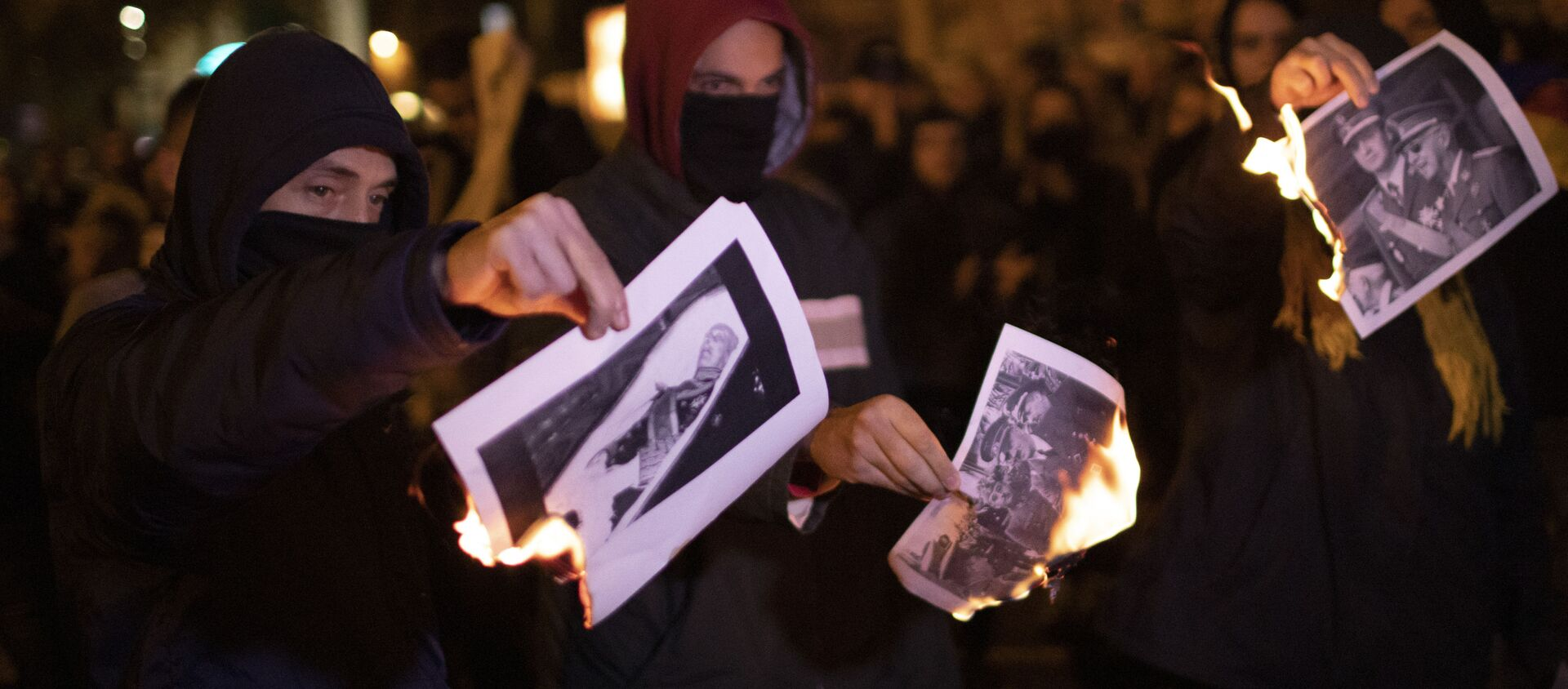 La gente quema las fotos de Francisco Franco - Sputnik Mundo, 1920, 26.12.2020