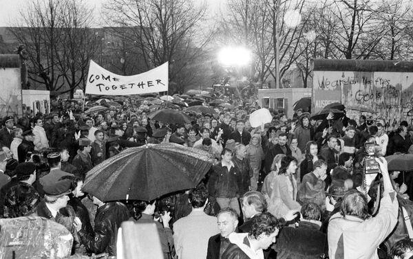 Ciudadanos de Alemania Oriental cruzando el Muro de Berlín  - Sputnik Mundo
