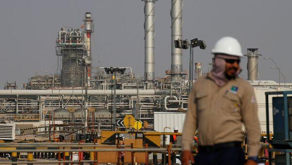 Una refinería de Saudi Aramco en Arabia Saudí - Sputnik Mundo