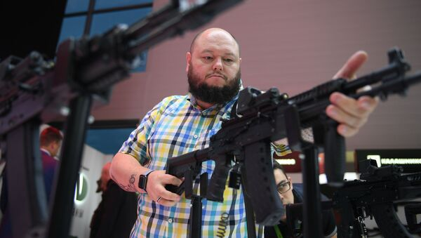 Un hombre sostiene el nuevo misil AK-12 - Sputnik Mundo