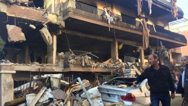 Un edificio destruido en Mezzeh, en el suroeste de Damasco - Sputnik Mundo