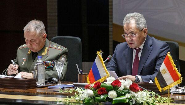El ministro de Defensa de Rusia, Serguéi Shoigú, y su homólogo de Egipto, Mohamed Zaki - Sputnik Mundo