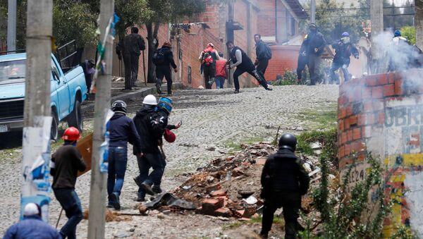 Manifestantes en apoyo a Evo Morales se enfrentan a defensores de la oposición en una calle de La Paz, Bolivia - Sputnik Mundo