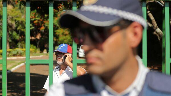 Un policía cerca del muro de la Embajada de Venezuela en Brasilia - Sputnik Mundo