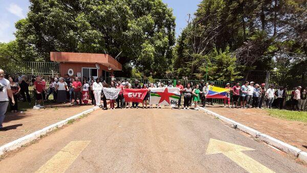 Partidarios de Nicolás Maduro cerca de la Embajada de Venezuela en Brasilia - Sputnik Mundo