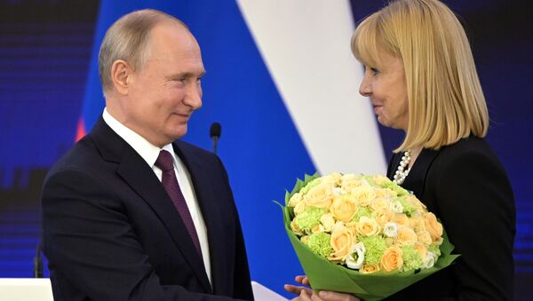 El presidente Vladímir Putin condecora con la Orden de la Amistad a María Victoria Alcaraz, directora del Teatro Colón de Buenos Aires, Argentina - Sputnik Mundo