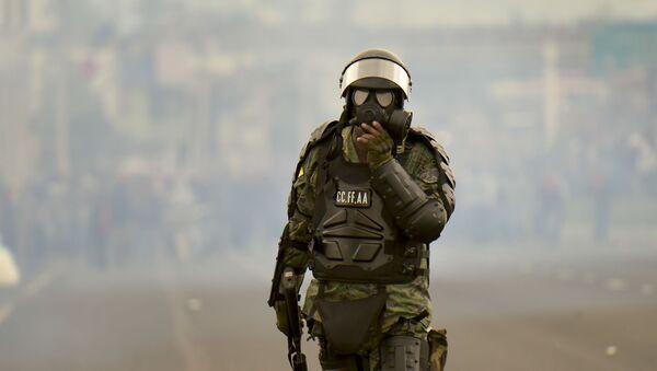 Un militar de Ecuador durante las protestas - Sputnik Mundo