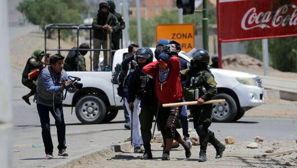 Policía deteniendo a un cocalero durante las protestas en Cochabamba, Bolivia - Sputnik Mundo
