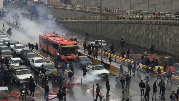 Protestas en Irán contra el aumento del precio de la gasolina - Sputnik Mundo