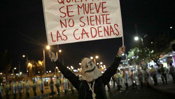 Una manifestante durante las marchas estudiantiles por más presupuesto para la educación - Sputnik Mundo