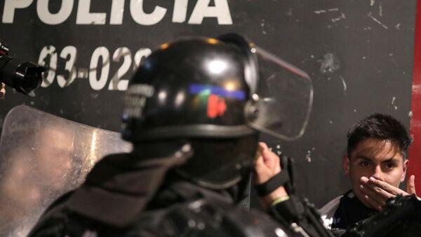 La Policía de Colombia arresta a un manifestante - Sputnik Mundo