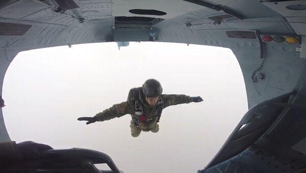 El espectacular campeonato de paracaidismo entre las Fuerzas Especiales de Rusia - Sputnik Mundo