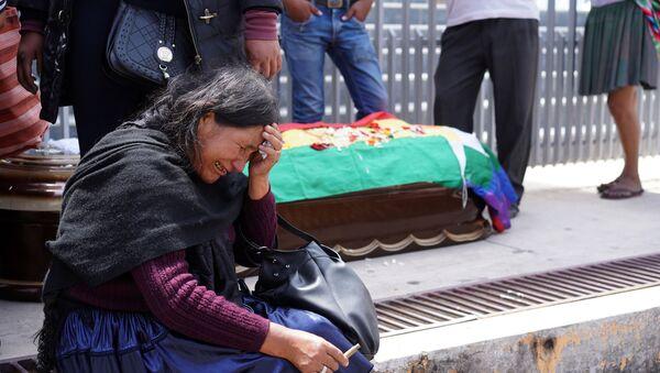Una boliviana llora cerca del ataúd de uno de los partidarios de Evo Morales que murió en Cochabamba - Sputnik Mundo