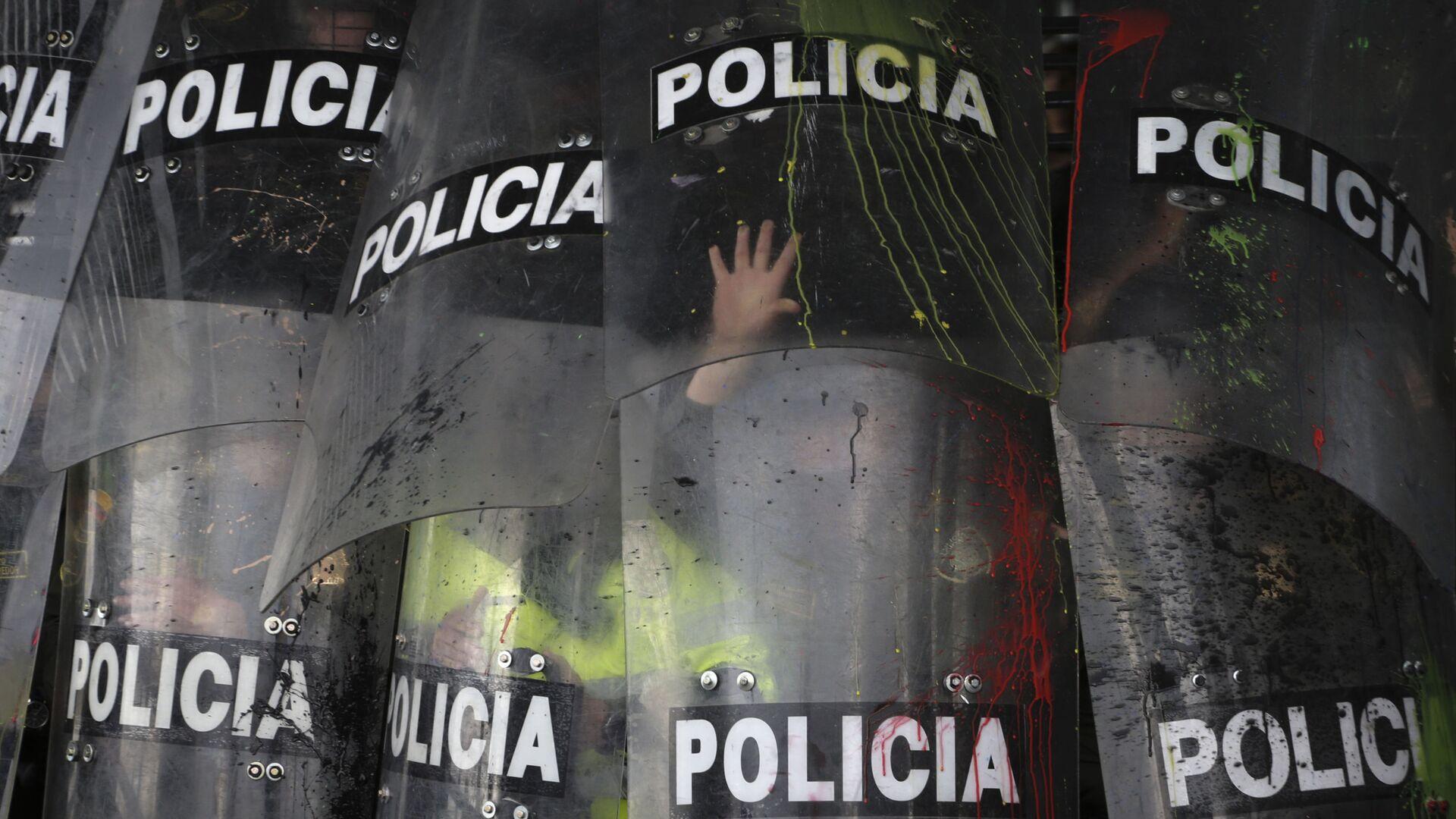 Escudos de la Policía durante una manifestación estudiantil en Bogotá, Colombia, en octubre de 2019 - Sputnik Mundo, 1920, 29.03.2021