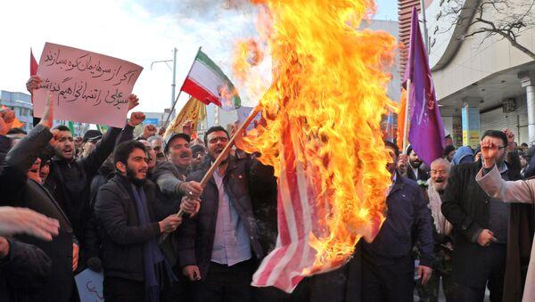 Manifestantes que apoyan al Gobierno de Irán queman la bandera de Estados Unidos - Sputnik Mundo