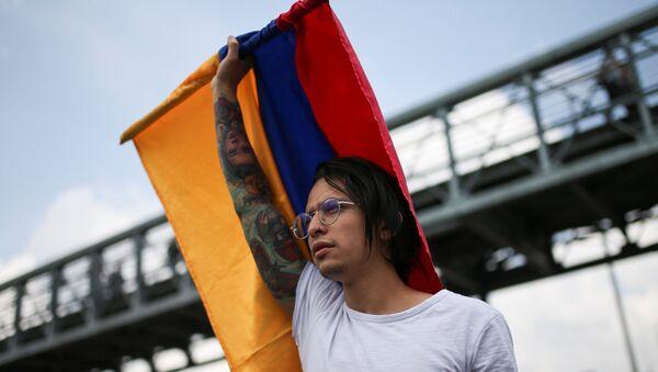Joven con bandera colombiana en la marcha del 21N en Bogotá, Colombia - Sputnik Mundo