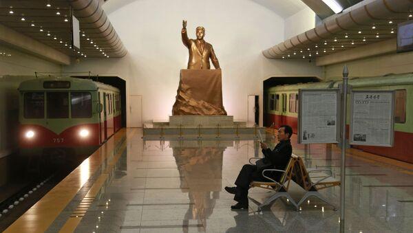 Статуя покойного лидера Северной Кореи Ким Ир Сена на станции метро Kaeson в Пхеньяне, Северная Корея - Sputnik Mundo