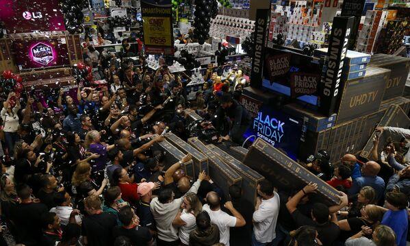 La locura del 'Viernes Negro' invade el mundo - Sputnik Mundo