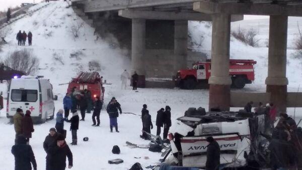 Autobús cae sobre el hielo de en un río en el sureste de Siberia - Sputnik Mundo