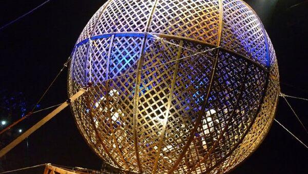 Motociclistas dentro de un globo, atracción del circo (imagen referencial) - Sputnik Mundo