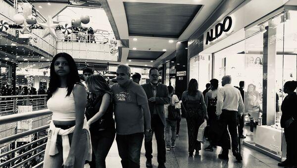 Venezolanos comprando durante el Black Friday en el centro comercial Sambil de Caracas - Sputnik Mundo