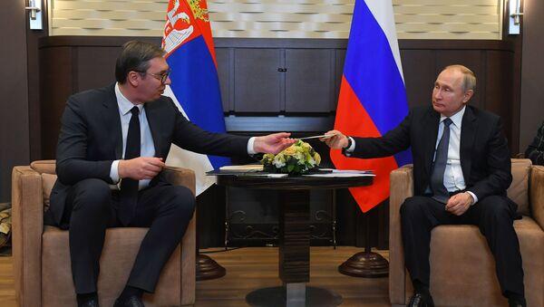El presidente de Rusia, Vladímir Putin, con su homólogo serbio, Aleksandar Vucic - Sputnik Mundo