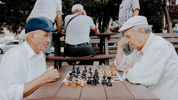 Dos ancianos jugando ajedrez (imagen referencial) - Sputnik Mundo
