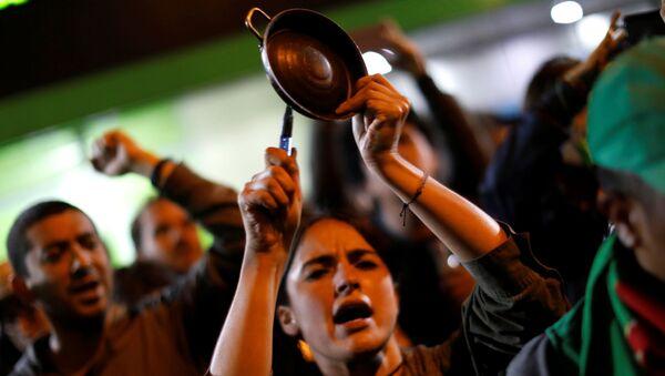 Cacerolazo durante las protestas en Bogotá, Colombia - Sputnik Mundo