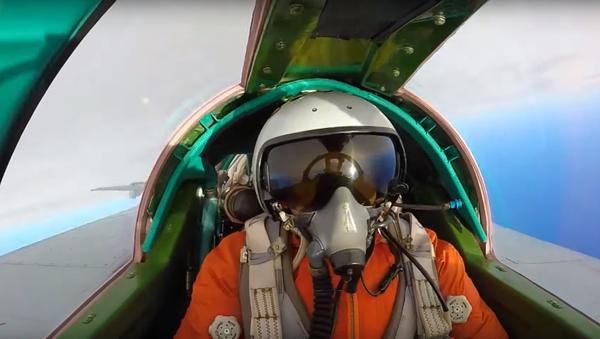 Un piloto participa de maniobras con un MiG-31BM en Kamchatka - Sputnik Mundo