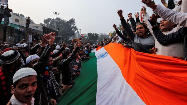 La bandera de La india durante las protestas contra la 'Enmienda a la Ciudadanía' - Sputnik Mundo