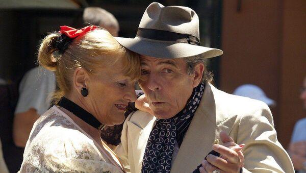 Pareja de la tercera edad bailando tango - Sputnik Mundo