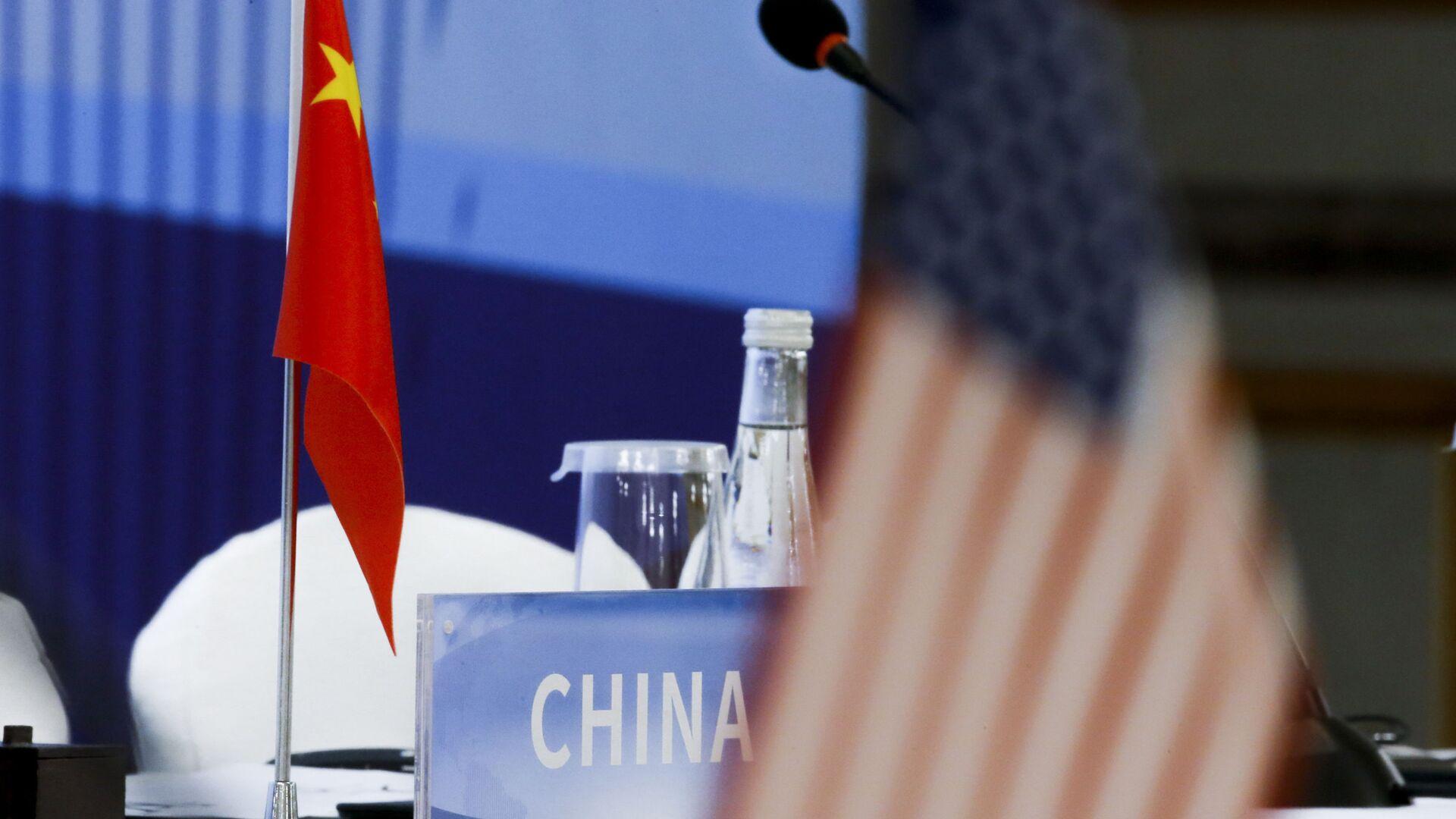 Banderas de China y EEUU - Sputnik Mundo, 1920, 17.09.2021
