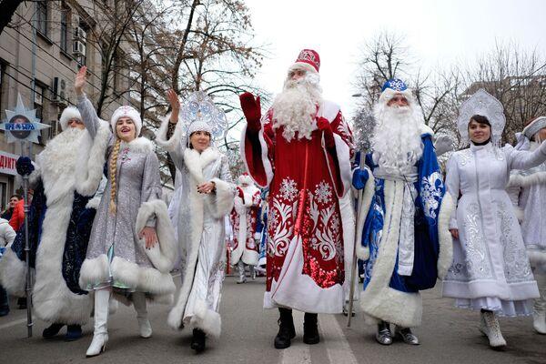 Así son las 'doncellas de la nieve' que ayudan a Papá Noel en Rusia  - Sputnik Mundo