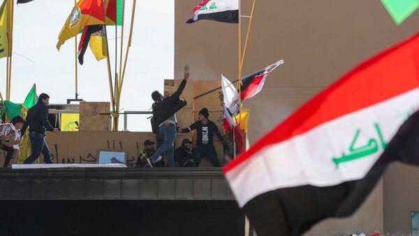 Manifestantes protestan en la Embajada de EEUU en Bagdad - Sputnik Mundo