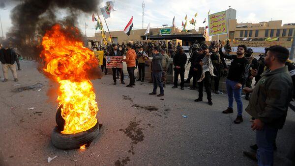 Manifestantes cerca de la Embajada de EEUU en Bagdad - Sputnik Mundo