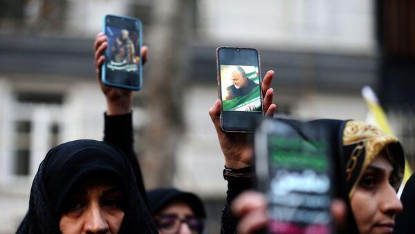 Manifestantes iraníes protestan contra el asesinato de general iraní Qasem Soleimani  - Sputnik Mundo