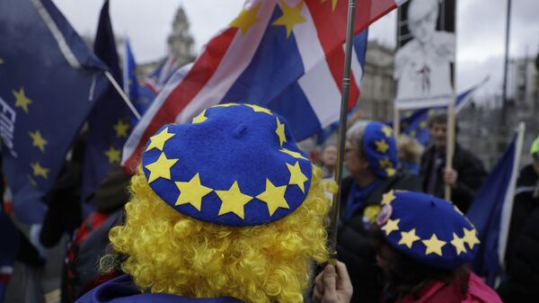 Los manifestantes protestan contra el Brexit frente al Parlamento británico en Londres - Sputnik Mundo