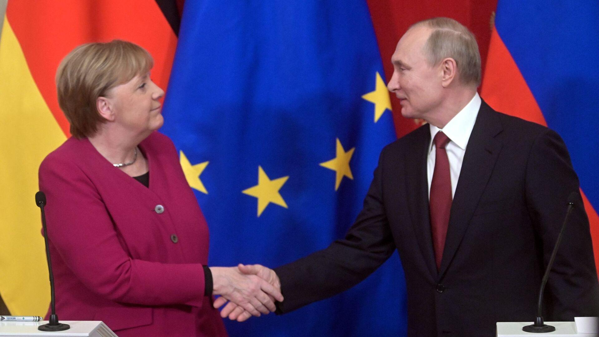 La canciller alemana, Angela Merkel, estrecha la mano del presidente ruso, Vladímir Putin - Sputnik Mundo, 1920, 29.09.2021