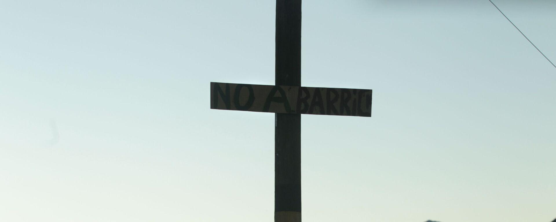 Una cruz que lleva el mensaje 'No a Barrick' cerca del proyecto Pascua-Lama de Barrick Gold Corp. en el norte de Chile - Sputnik Mundo, 1920, 13.01.2020