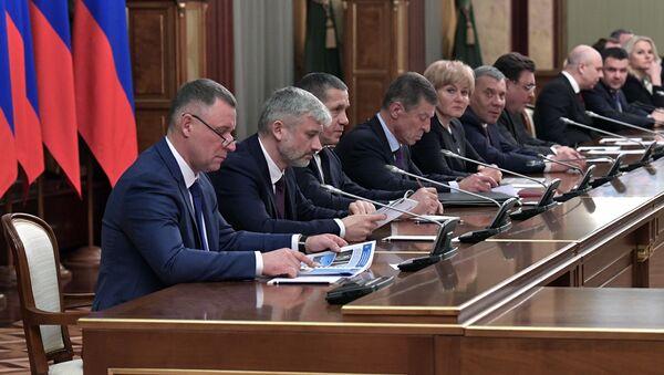 Algunos de los miembros del gabinete de ministros de Rusia en la reunión en que el primer ministro, Dmitri Medvédev, anunció la dimisión del Gobierno del país - Sputnik Mundo