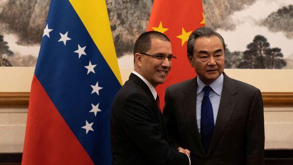 El ministro de Exteriores de Venezuela, Jorge Arreaza, con su homólogo chino, Wang Yi - Sputnik Mundo