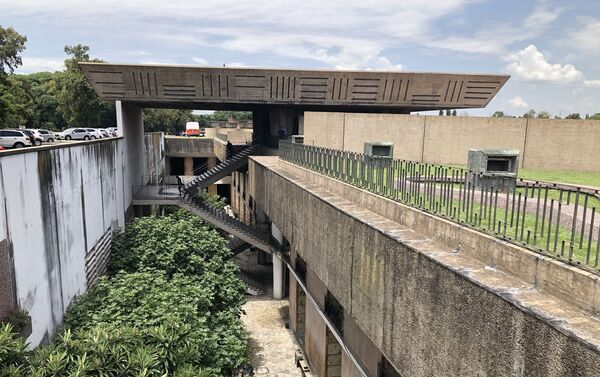 Las estructuras suspendidas de hormigón a la vista caracterizan el estilo de arquitectura brutalista - Sputnik Mundo