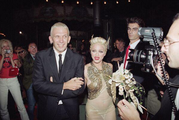Madonna y el diseñador de moda Jean-Paul Gaultier en el show de su colección Primavera-Verano 1995 - Sputnik Mundo