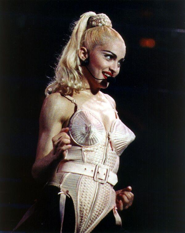 Madonna en sujetador de Jean Paul Gaultier en su gira Ambición Rubia en Filadelfia en 1990 - Sputnik Mundo