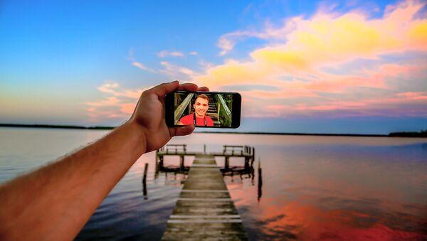 Joven se toma una selfi - Sputnik Mundo