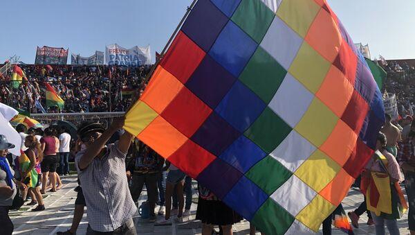 Un hombre ondeando una whipala durante la conmemoración de la creación del Estado Plurinacional de Bolivia en Buenos Aires, Argentina - Sputnik Mundo